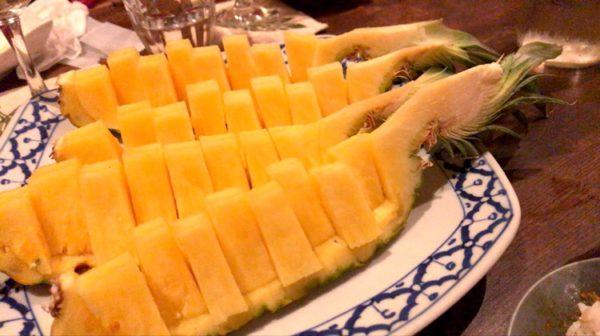 デザートは生パイナップル