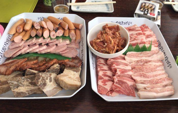 ファーマーズマーケット ブリオ BBQ場の食べ放題の豚肉たち