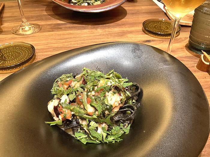 セルバッジョ 師崎真ダコ・オクラ・フレッシュトマトのイカ墨タリアテッレ